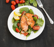 Grilled Salmon with Spinach and Tomatoes Salad Stock Images