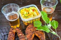 grilled salmon steak Γυαλί με την μπύρα Σαλάτα λάχανων Πικ-νίκ στη φύση στοκ εικόνα