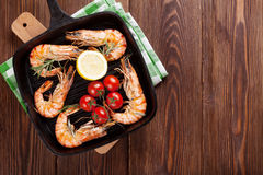 Grilled shrimps on frying pan Royalty Free Stock Photos