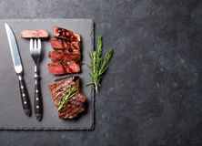 Grilled skivade nötköttbiff arkivfoton