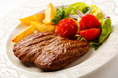 Grilled steak and vegetables Stock Photography