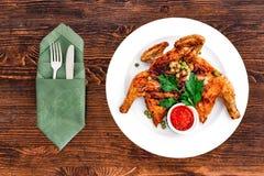 Grilled stekte stek fega Tabaka på en platta på en träbakgrund, bästa sikt med anordningar arkivfoto