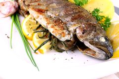 Grilled whole trout with potato, lemon and garlic Stock Images