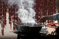 Grillen der Aufsteckspindelnwurst in der Mekong-Delta lizenzfreies stockbild