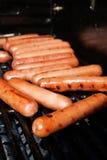 Grillen der Hotdogs Stockfotos