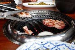 Grillen der koreanischen Grillart des Schweinefleisch im Restaurant Stockfoto