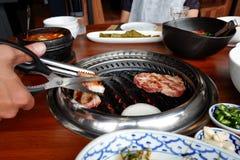 Grillen der koreanischen Grillart des Schweinefleisch im Restaurant Lizenzfreie Stockfotografie