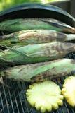 Grillen der organischen Ananas und des Mais Lizenzfreies Stockfoto