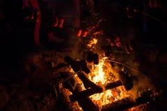 Grillen des Fleisches auf einem Feuer Lizenzfreies Stockfoto