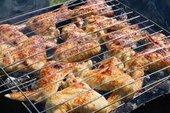 Grillen des Huhns auf einem Grill Stockbilder