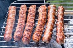 grillen Kochen des Grills mit Holzkohle im Garten T lizenzfreies stockfoto