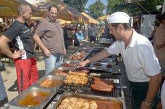Grillen am lokalen Markt stockbilder