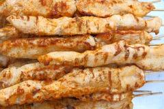 Grillen Sie Fleisch auf hölzernen Aufsteckspindeln auf der Grill Draufsicht, flacher Plan stockfotos