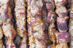 Grillen Sie Fleisch auf hölzernen Aufsteckspindeln auf der Grill Draufsicht, flacher Plan lizenzfreies stockbild