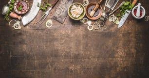 Grillen Sie Gewürz und Soßen mit Weinleseküchengeschirrküchengeräte Fleisch-Gabel und schlachten Sie Cleaver-, Messer- und Krautm lizenzfreie stockbilder