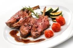 Grillen Sie Koteletts mit gebratenem Gemüse und Soße, Beilagezucchini und Tomaten, Gastronomie, Menü Stockfoto
