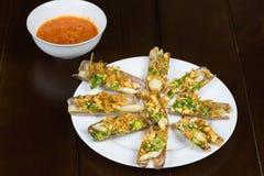 Grillen Sie Rasiermesseroberteil mit Zwiebel, Erdnuss, Salz, Paprika, Fett, Rumwein Asiatische Nahrung lizenzfreies stockfoto