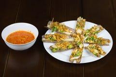 Grillen Sie Rasiermesseroberteil mit Zwiebel, Erdnuss, Salz, Paprika, Fett, Rumwein Asiatische Nahrung lizenzfreie stockbilder