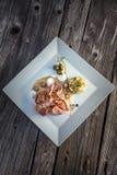 Grillen Sie Steak auf weißer Platte mit Kartoffeln und Aufstieg, Soße, grünes Gemüse, Filetsteak, Abendessen oder Mittagessen im  Lizenzfreies Stockfoto