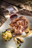 Grillen Sie Steak auf weißer Platte mit Kartoffeln und Aufstieg, Soße, Pfeffer, Lebensmittel, Filetsteak Stockfotografie