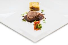 Grillen Sie Steak mit gebratenem Gemüse und Soße, Beilagekartoffeln, Gastronomie, Menü Lizenzfreies Stockfoto