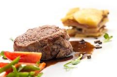Grillen Sie Steak mit gebratenem Gemüse und Soße, Beilagekartoffeln, Gastronomie, Menü Lizenzfreie Stockfotografie