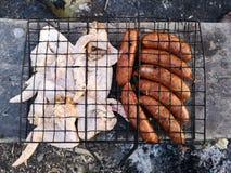Grillen Sie und Frischfleisch braten, H?hnergrill, Wurst, Kebab, Hamburger, Gem?se, BBQ, Grill, Meeresfr?chte gegrillt lizenzfreie stockfotos