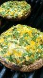 Grillen von angefüllten Pilzen stockfoto
