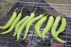 Grillen von grünen Paprikas Stockbild