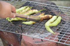 Grillen von grünen Paprikas Stockfotografie