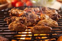 Grillen von Hühnerflügeln auf Grillgrill Stockbilder