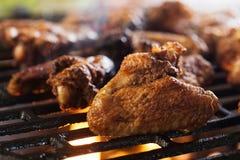 Grillen von Hühnerflügeln auf Grillgrill Lizenzfreies Stockfoto
