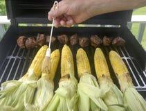 Grillen von Mais und von Rindfleisch   Lizenzfreie Stockbilder