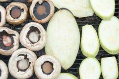 Grillen von Pilzen mit Zucchini Lizenzfreie Stockfotos