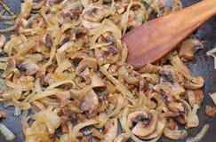 Grillen von Pilzen mit Zwiebeln Stockfotos