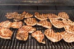 Grillen von Schweinefleisch-Steaks lizenzfreies stockfoto