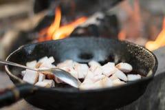 Grillen von shashlik auf Grillgrill Lizenzfreie Stockbilder