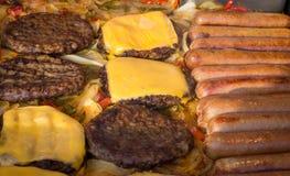 Grillen von Würstchen-Hamburgern stockbild
