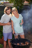 Grillende Paare Lizenzfreie Stockfotos
