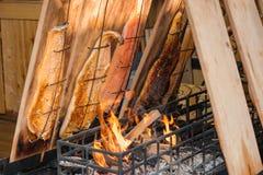 Grillender/rauchender Fisch Lizenzfreie Stockfotografie