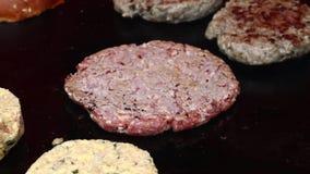Griller des hamburgers pour haut étroit d'hamburgers banque de vidéos