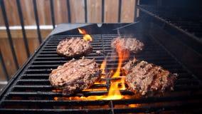 Griller des hamburgers sur un barbecue images stock