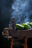 Griller des poivrons verts Images libres de droits