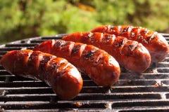 Griller des saucisses image libre de droits