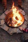 Griller des saucisses au-dessus d'un feu de camp, campeurs rôtissant des saucisses sur des fourchettes de grillage L'endroit du f Photographie stock