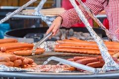 Griller des saucisses chez Oktoberfest Image libre de droits