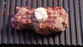 Griller le bifteck avec un morceau de beurre