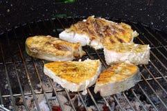 Griller le bifteck des poissons Photo libre de droits