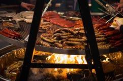 Griller le bifteck et les saucisses Photographie stock libre de droits