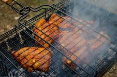 Griller le panier avec des biftecks photos libres de droits